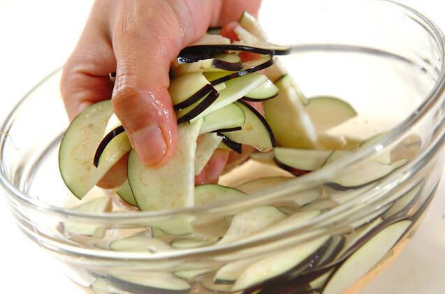 ナス入りコールスローサラダの作り方の手順1