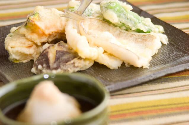 茶色い和食器に盛られたキスと野菜の天ぷら