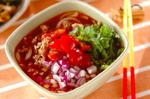 真っ赤なスープが印象的なトマトエスニックうどん