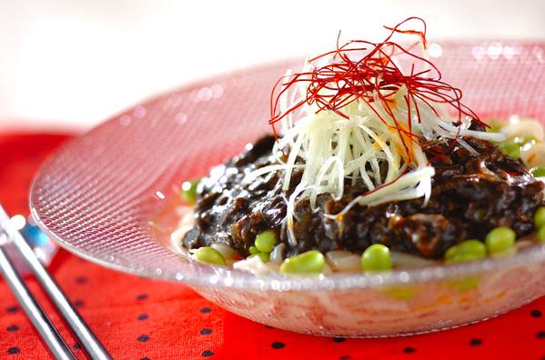 1.  黒ジャージャー麺