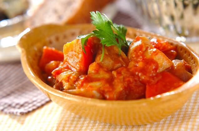 イタリアンパセリが飾られた鶏とじゃがいものトマト煮
