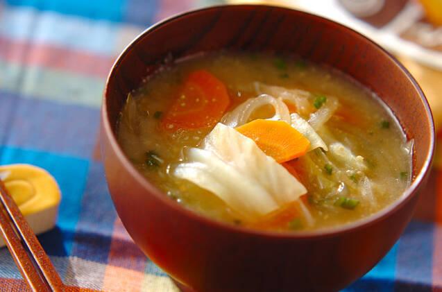 茶碗の中の野菜のお味噌汁