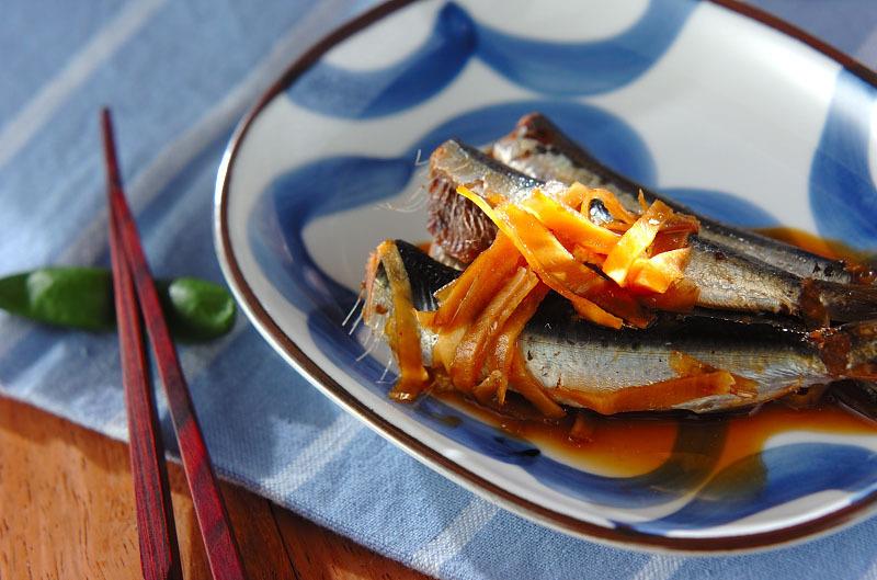 生姜が添えられた梅イワシ煮
