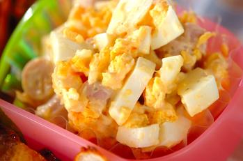 ゆで卵とソーセージのサラダ