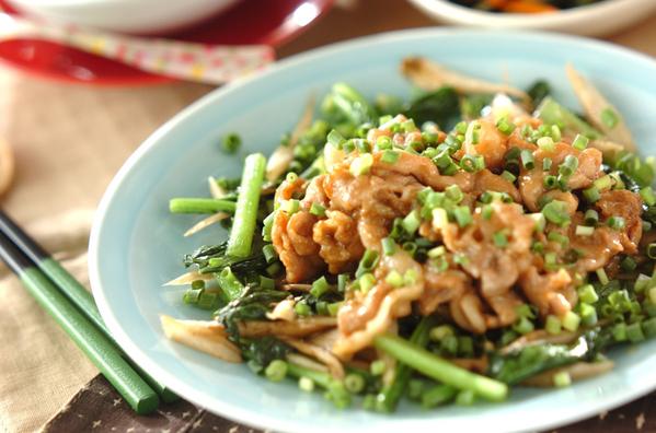 水色の皿に盛られた薄切り豚肉のマヨ炒め