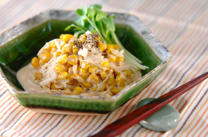 和食器に盛られたコクうま大根サラダ