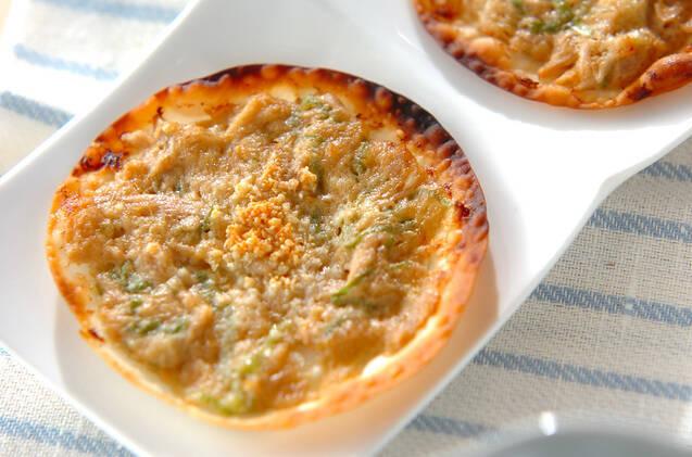 白い器に盛りつけたツナみそクリスピーピザ