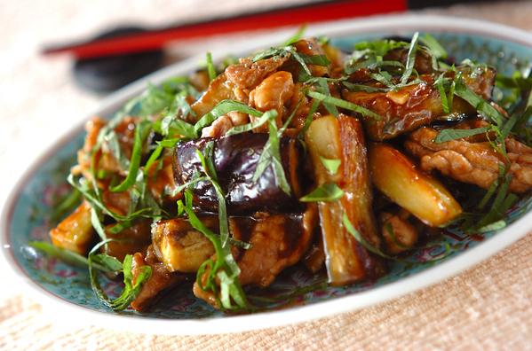 中華皿に盛られた豚肉とナスのオイスター炒め