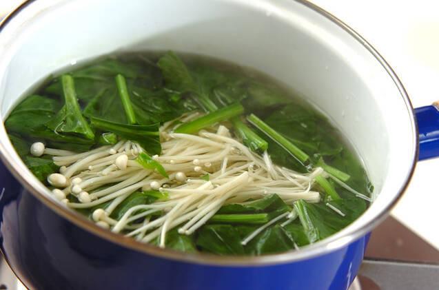 ホウレン草とエノキの明太子和えの作り方の手順1