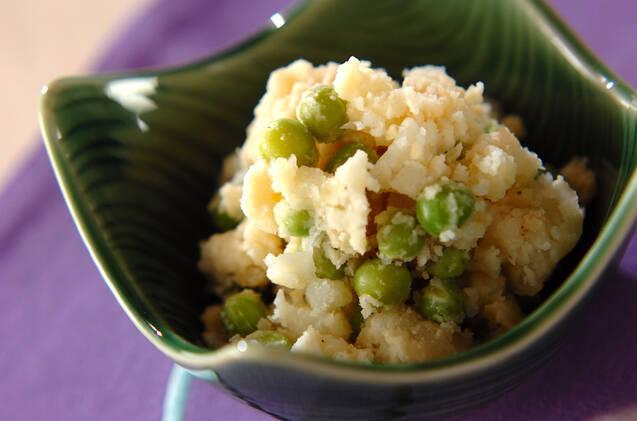 緑色の和食器に盛り付けられたえんどう豆入りホクホクサラダ