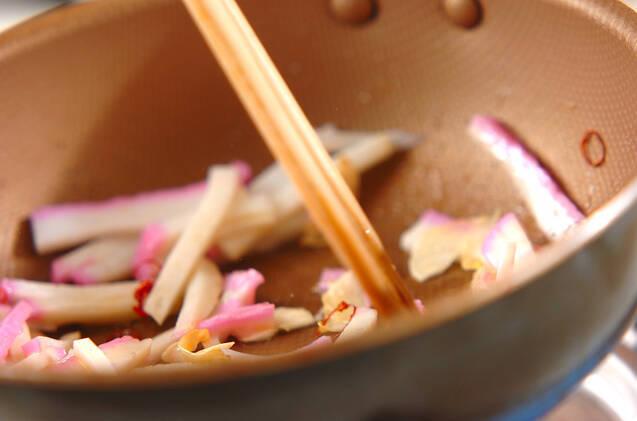 カマボコのニンニク炒めの作り方の手順3