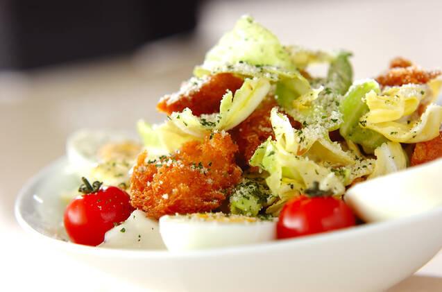 白いお皿に盛られたキャベツのシーザーサラダ