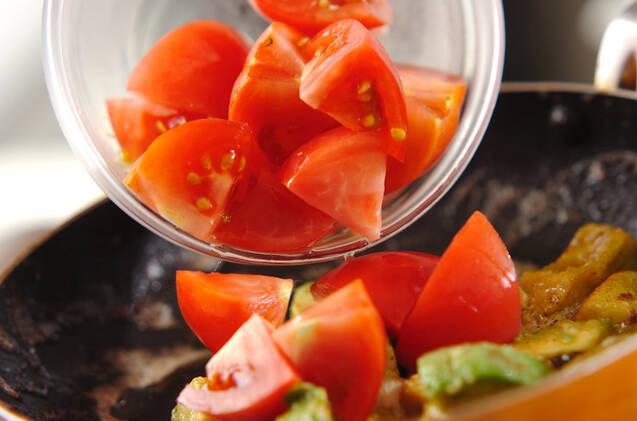 トマトとアボカドのマヨ炒めの作り方の手順4