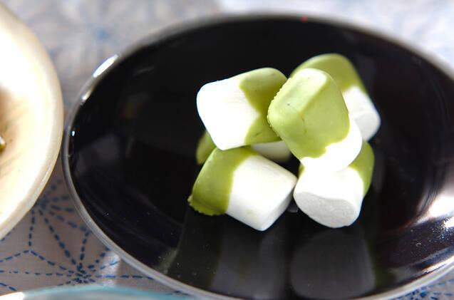 皿に盛りつけた 抹茶チョコマシュマロ