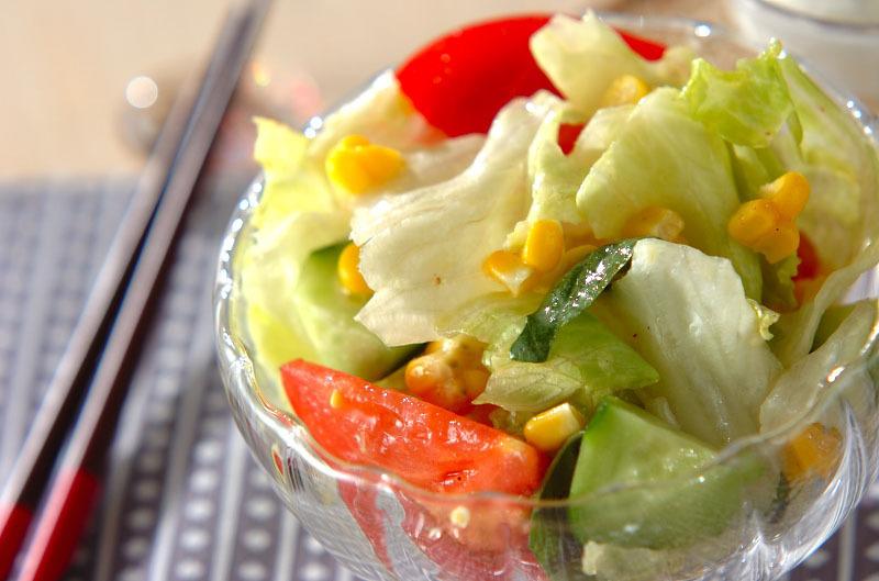 透明な器に盛られたレタスととうもろこしのサラダ