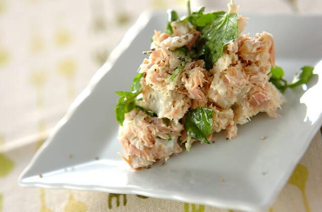 白い正方形の皿に盛られた、里芋とツナのサラダ