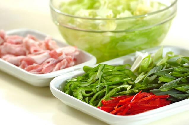 豚肉の焼きそばキムチのっけの作り方の手順1