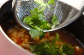エノキと豆腐の赤だしの作り方2
