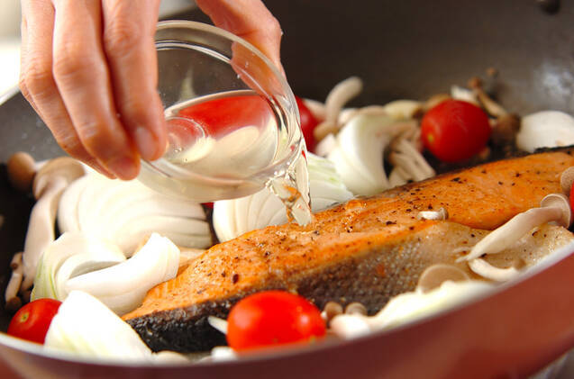 サーモンと新玉ネギのワイン蒸しの作り方の手順7
