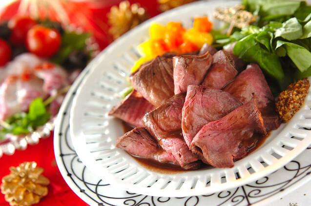 平皿に盛り付けられたローストビーフと野菜、粒マスタード