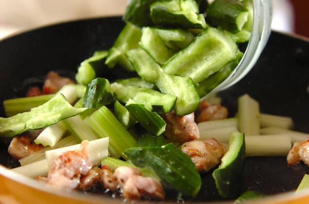 セロリとキュウリのピリ辛炒めの作り方の手順5