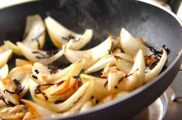 新玉ネギの塩昆布炒めの作り方の手順2