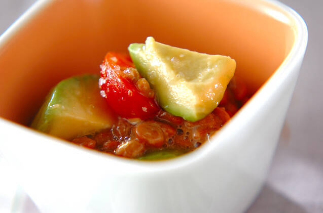 白い小鉢に盛られたアボカドトマト納豆