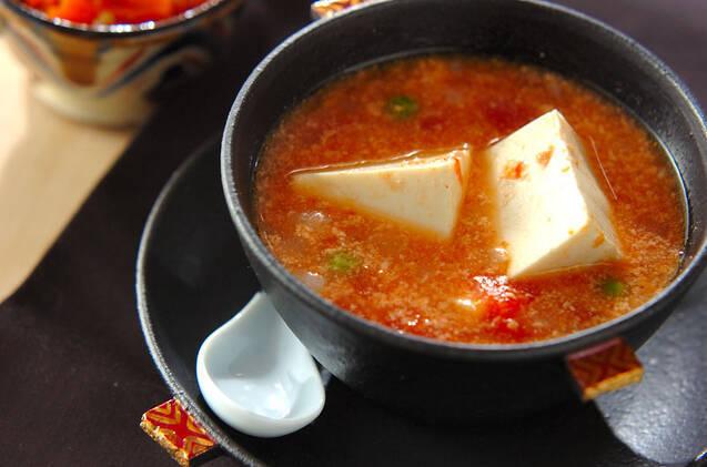大きめの豆腐が豪快に2つ入ったミルク入りトマトスープ