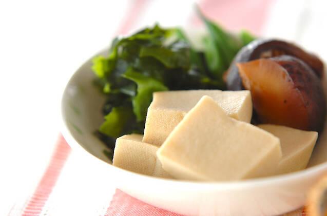 白い食器に盛られた、基本の高野豆腐の煮物