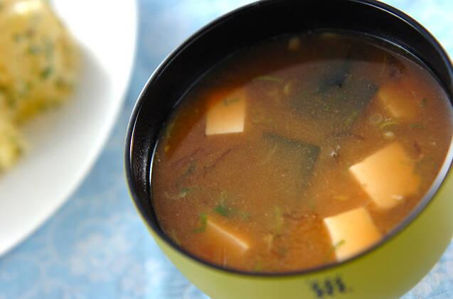 黄色いお椀に盛られた糸寒天の味噌汁