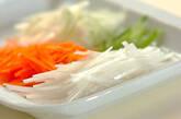 せん切り野菜のコンソメスープの下準備1