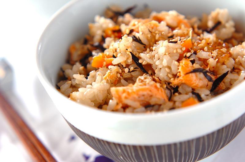 茶碗に盛られたひじきと鮭の炊き込みご飯