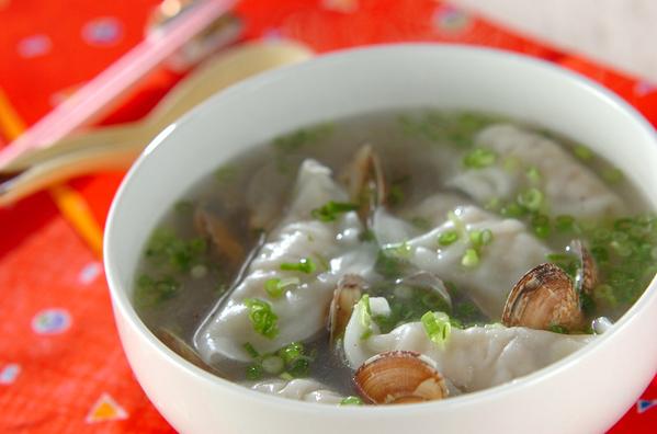 白のお椀に入ったアサリと水餃子のスープ
