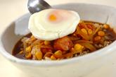 ソーセージと目玉焼きのカレースープごはんの作り方3