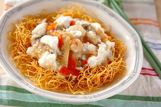 中華皿に盛られたふわふわあんかけ揚げそば