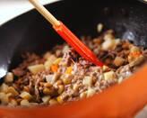 肉納豆チャーハンのサンチュ包みの作り方2