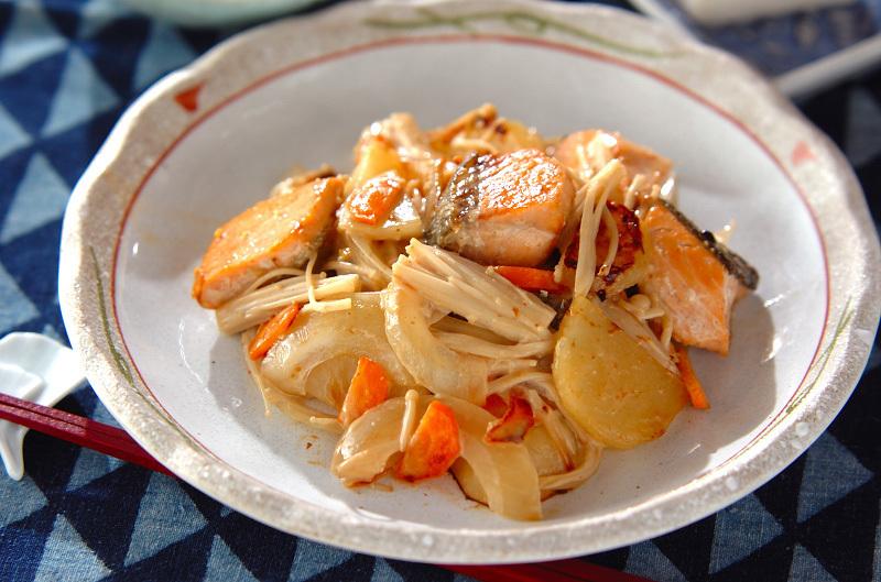 えのきだけやじゃがいもが入った鮭のゆず胡椒風味炒め