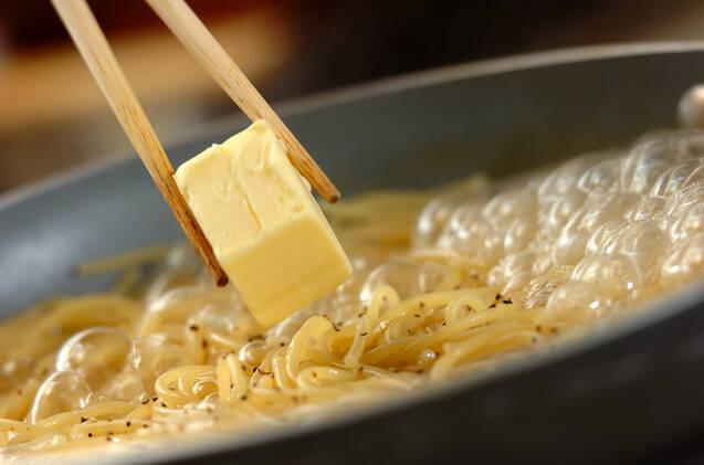 黒コショウとバターのシンプルなワンポットパスタの作り方の手順2