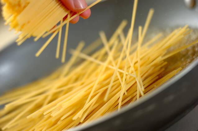 黒コショウとバターのシンプルなワンポットパスタの作り方の手順1