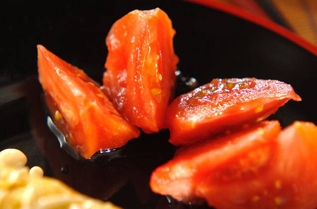 湯抜きしたカットトマトに砂糖、白ワインをかけて冷蔵庫で寝かせたひんやりトマト。