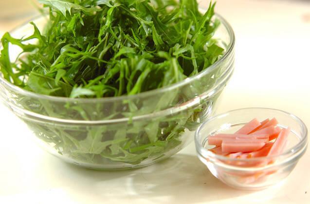 水菜とクルミのサラダの作り方の手順1