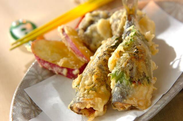 グレーの皿に盛られた鰯の天ぷら