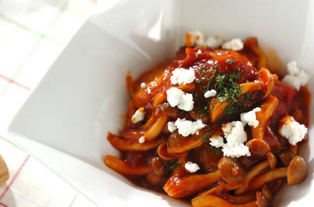 白い角皿に盛りつけたロール白菜のトマト缶のソース煮