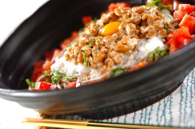 黒い和食器に盛られた納豆のそばサラダ