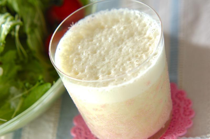 グラスに入ったバナナ豆乳