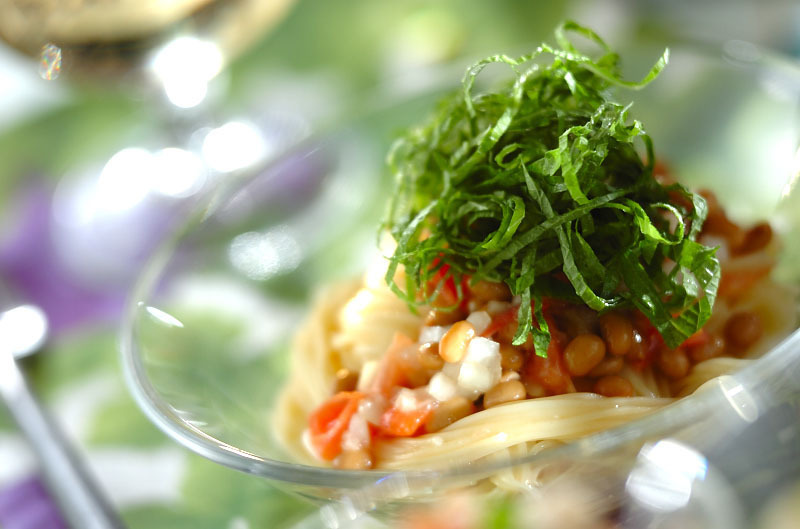 ガラスの器に盛られた塩トマトの冷製カッペリーニ