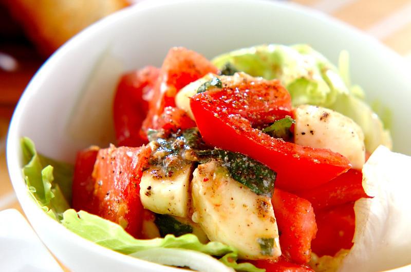 3. トマトとチーズのサラダ