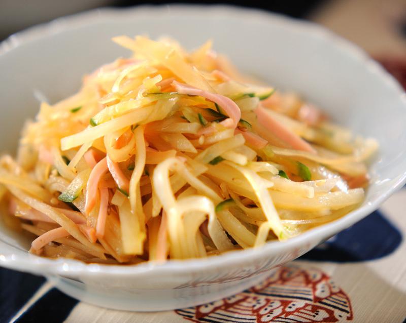 白い器に入ったジャガイモの中華サラダ