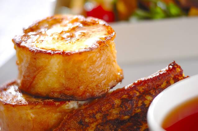 白いお皿に盛られたフランスパンのフレンチトースト