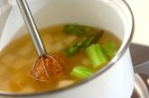 豆腐とグリーンアスパラのみそ汁の作り方1